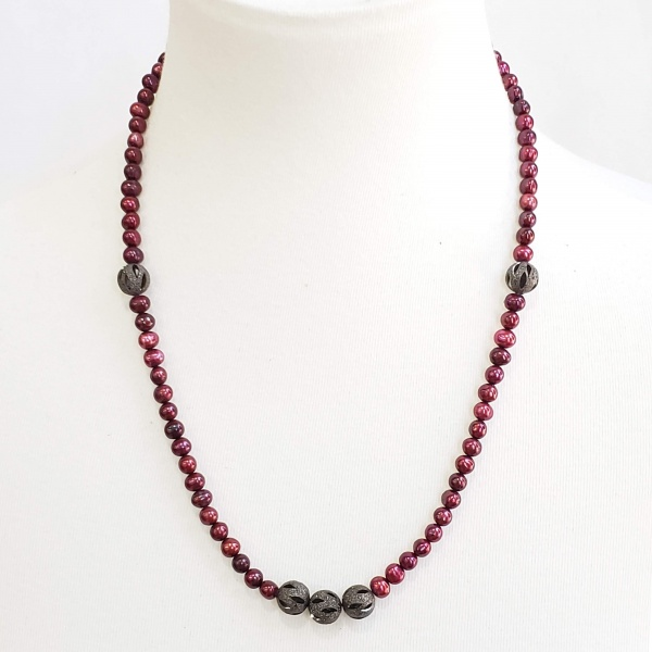 Red pearls with frosted black beads necklace