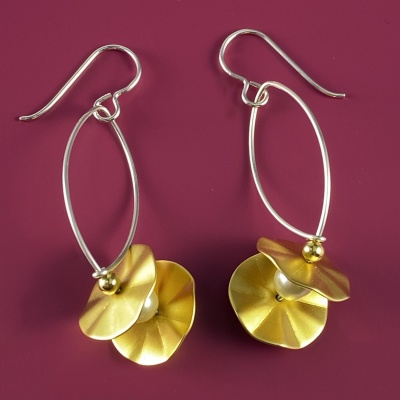 Fluted disc with pearl earrings