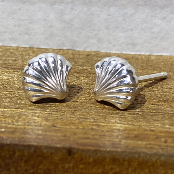 Silver shell stud 2039